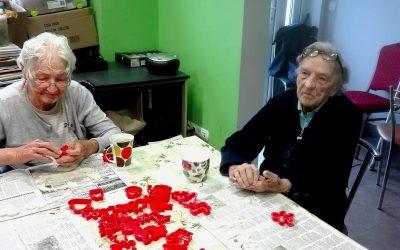 Terapia zajęciowa- przygotowywanie ozdób świątecznych
